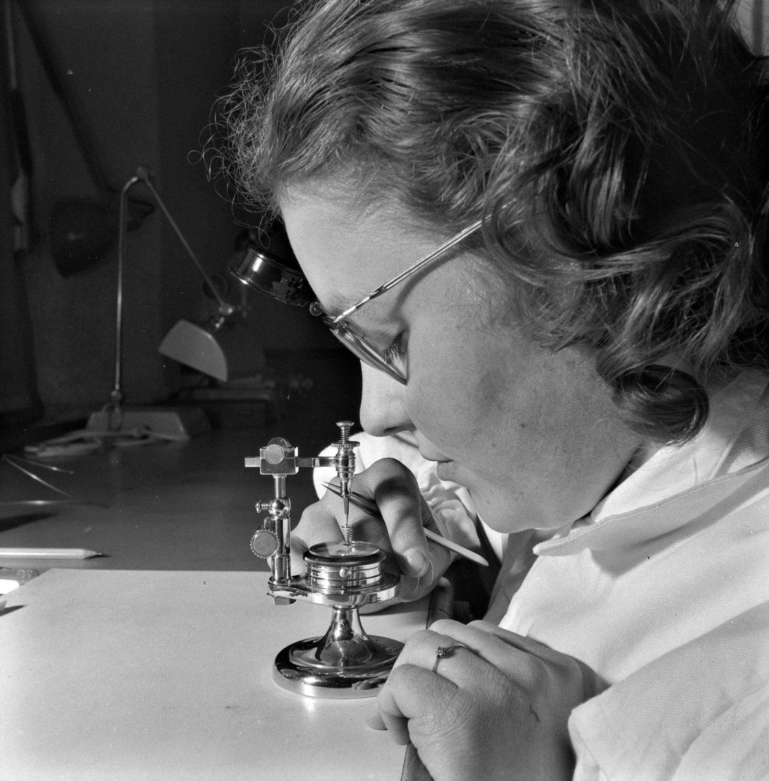 Atelier d'horlogerie: apprenti et apprentie, 1959. © musée national suisse