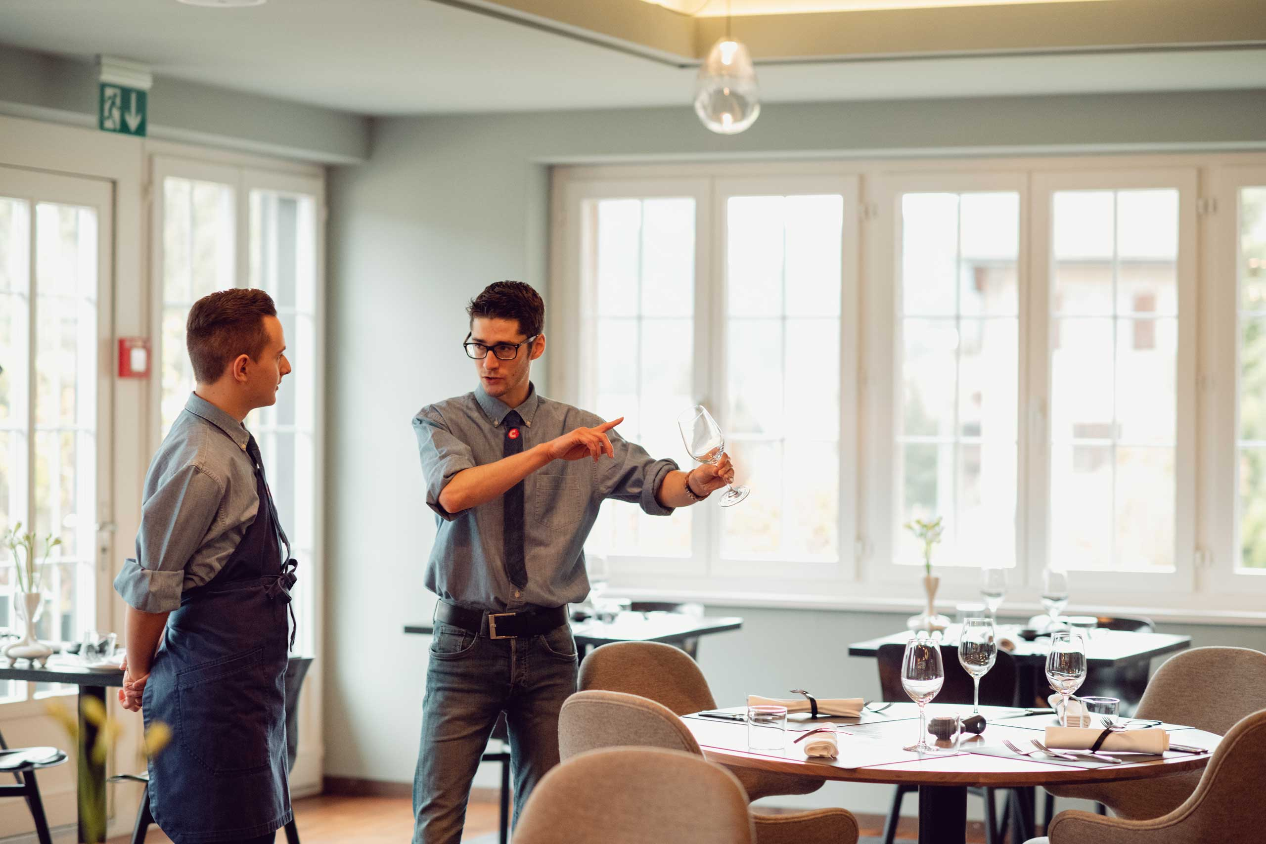 Apprenti et formateur . © Hotellerie Suisse